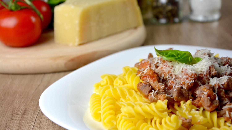 باستا فوسيلي مع صلصة اللحم